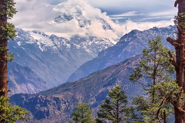 Park narodowy langtang, trekking nad jezioro gosaikunda. himalaje, nepal