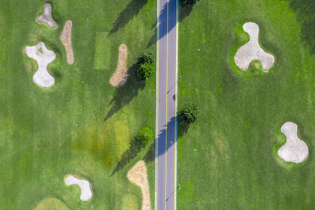 Park narodowy mezhigorye. bunkier z piaskiem na pięknym polu golfowym. widok z drona na zielone trawniki