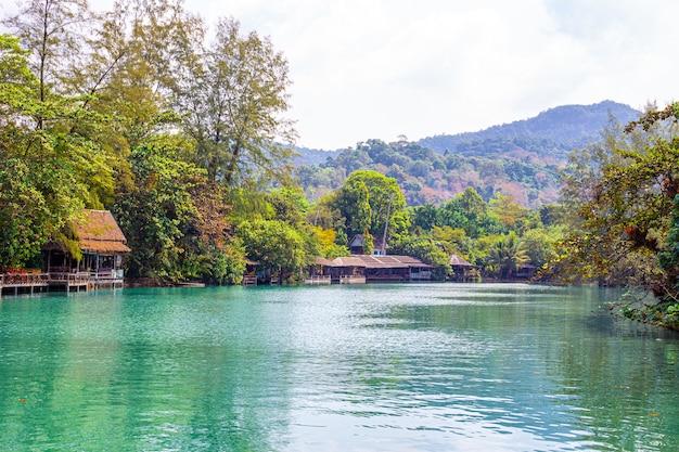 Park narodowy tajlandii, domy nad brzegiem rzeki w tropikach