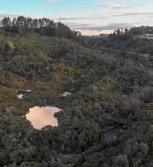 Park narodowy te puia w rotorua z aktywnymi gejzerami. widok z lotu ptaka w zimie.
