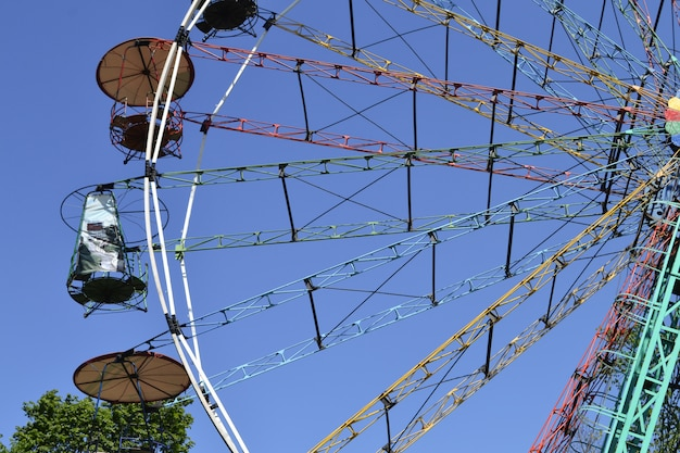 Park rozrywki. diabelski młyn na błękitne niebo.