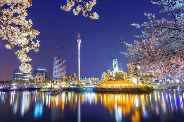 Park rozrywki lotte world nocą i kwitnące wiśnie