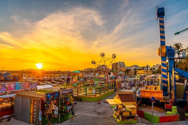 Park rozrywki o zachodzie słońca w nadmorskim mieście torrevieja, alicante, walencja. hiszpania, morze śródziemne
