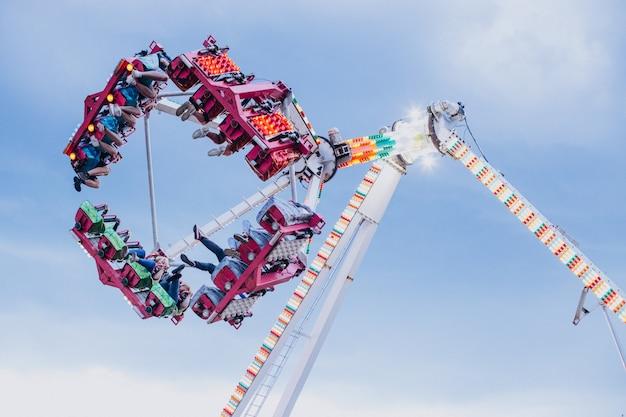 Park rozrywki z atrakcjami jeździeckimi pełen ludzi