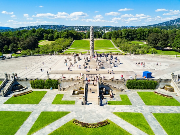 Park rzeźb vigelanda lub vigelandpark w oslo, norwegia. vigeland znajduje się na terenie frognerpark w oslo.