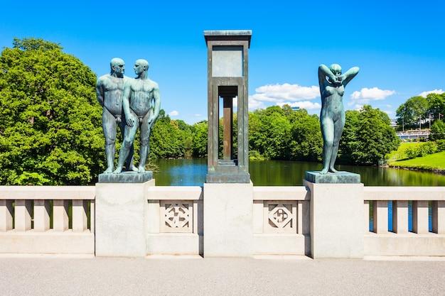 Park rzeźb vigelanda lub vigelandpark w oslo, norwegia.