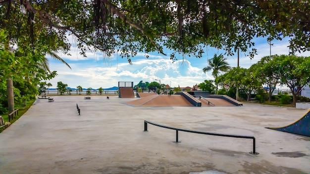 Park skate w ciągu dnia.