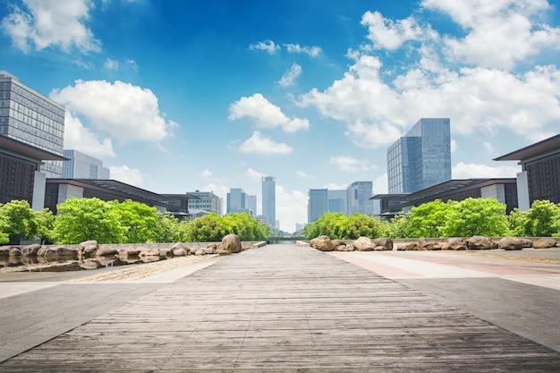 Park w centrum finansowym lujiazui, szanghaj, chiny