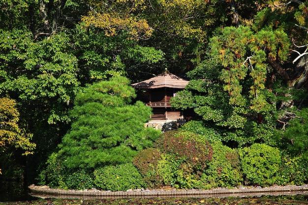 Park w ryoanji temple, kioto, japonia