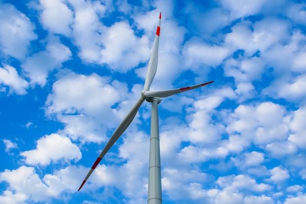 Park wiatraków, ogromne turbiny generatorów wiatraków. alternatywna energia.