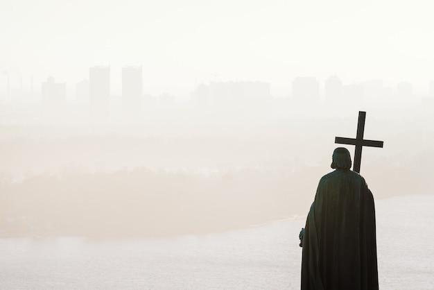 Park wzgórza włodzimierza (wzgórze włodymyrska). widok na kijów we mgle. zabytek historyczny w stolicy ukrainy