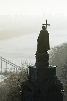Park wzgórza włodzimierza (wzgórze włodzimierza). widok na miasto kijów we mgle. zabytek historyczny w stolicy ukrainy
