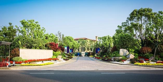 Park z drzewami i fontannami przed centrum biznesowym