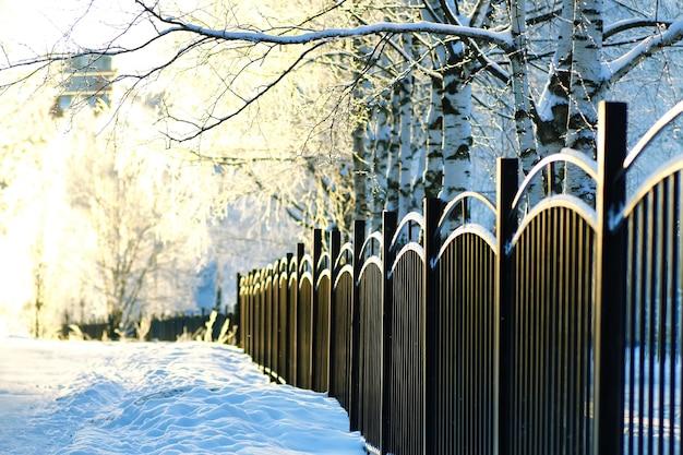 Park zimowy pokryty ogrodzeniem