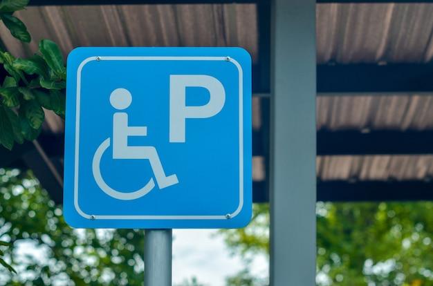 Parking dla osób niepełnosprawnych, znak parkingu dla wózków inwalidzkich na parkingu.