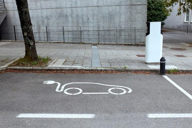 Parking dla pojazdów elektrycznych ze stacją ładowania.