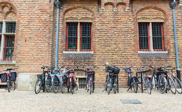 Parking dla rowerów, starożytne prowincjonalne miasto europejskie.