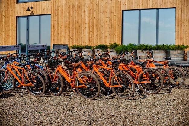 Parking dla rowerów, wypożyczalnia rowerów. drewniana fasada. pojęcie ekotransportu.