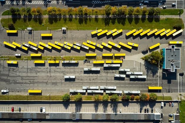 Parking do przechowywania autobusów szkolnych żółty