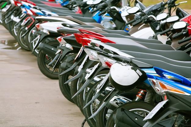 Parking motocyklowy stojący w rzędzie