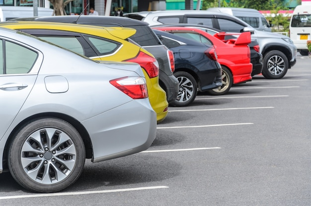 Parking na parkingu z kolorowym