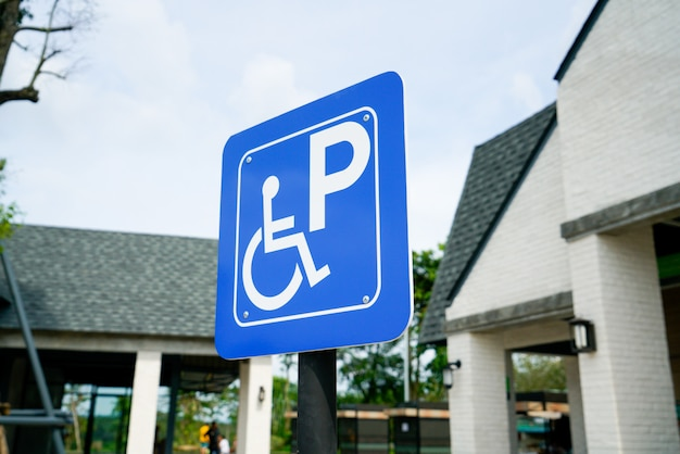 Parking niepełnosprawny znak na stacji benzynowej