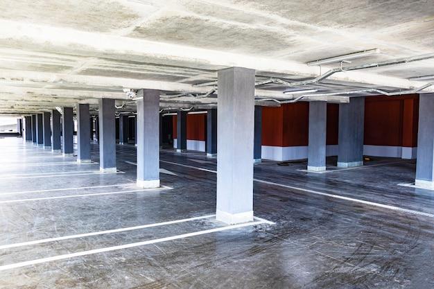 Parking podziemny zlokalizowany pod budynkiem mieszkalnym. miejsce do przechowywania transportu osobistego dla mieszkańców miasta.