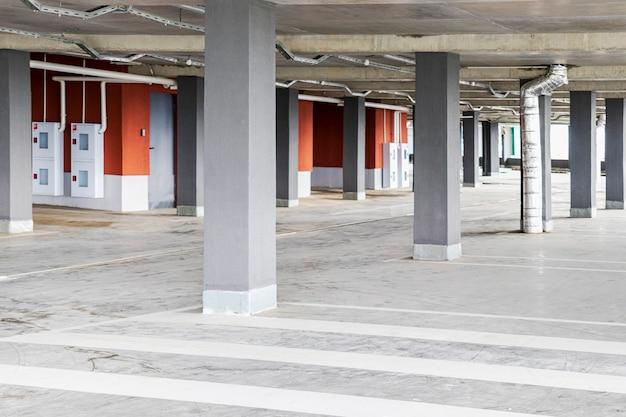 Parking Podziemny Zlokalizowany Pod Budynkiem Mieszkalnym. Miejsce Do Przechowywania Transportu Osobistego Dla Mieszkańców Miasta. Premium Zdjęcia