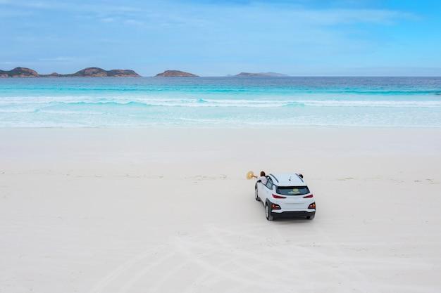 Parking samochodowy na plaży w lucky bay w parku narodowym cape le grand, australia zachodnia