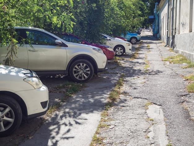 Parking samochodowy na zepsutym chodniku
