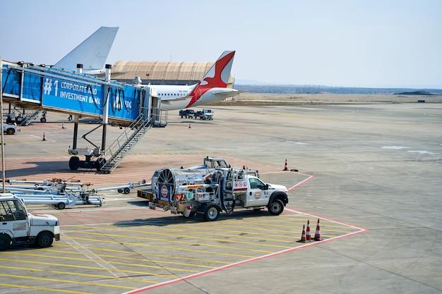 Parkowanie samolotu w pobliżu terminalu lotniska. tbilisi, gruzja - 16.03.2021