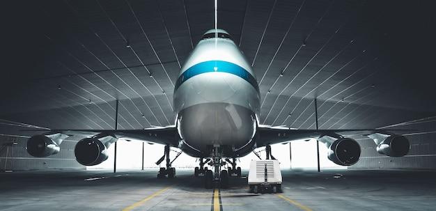 Parkowanie samolotu w wieszaku na lotnisku. elementy tego zdjęcia dostarczone przez nasa