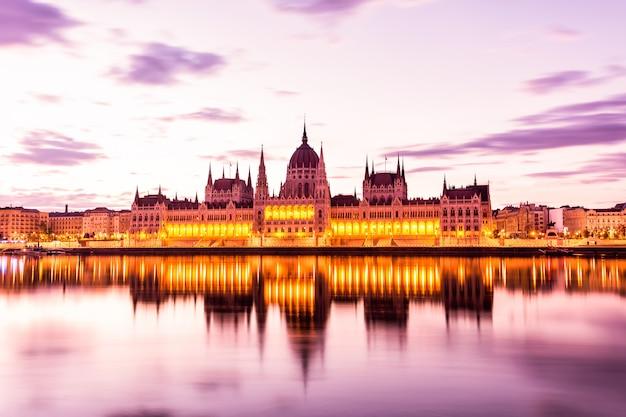 Parlament i brzeg rzeki w budapest węgry podczas wschodu słońca