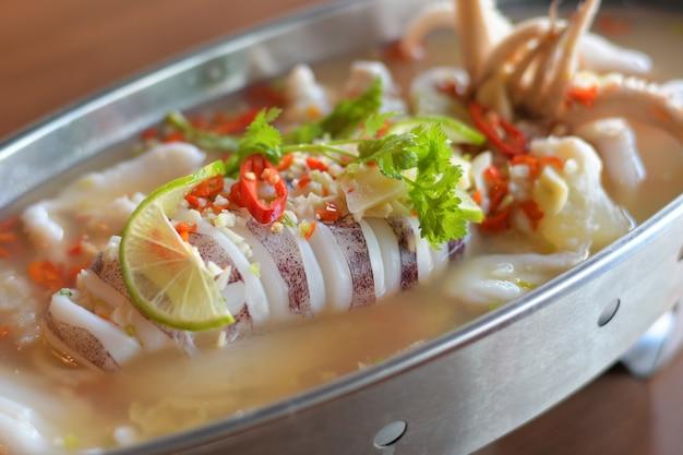Parowa kałamarnica z pikantnym chili i sosem cytrynowym.