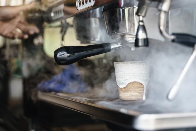 Parowanie gorącej wody z urządzenia do mieszania kawy