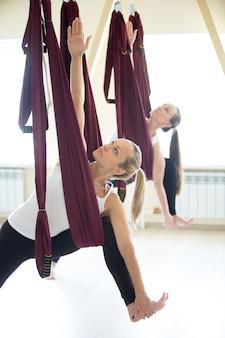 Parsvottanasana joga stwarzają w hamaku