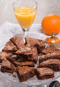 Partia czekoladowe ciasteczka na talerzu