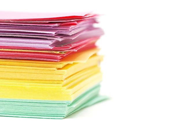 Partia różnych kolorów papieru na białym tle