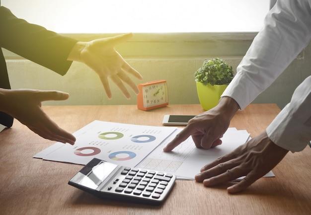 Partner biznesowy, biznesmen wskazujący na dokument, nieudana transakcja.