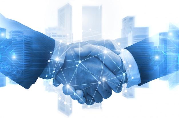 Partnerstwo - biznesowy mężczyzna trząść ręki z skutek cyfrowej sieci połączenia podłączeniowym graficznym diagramem, cyfrowa globalna technologia z pejzażu miejskiego tłem