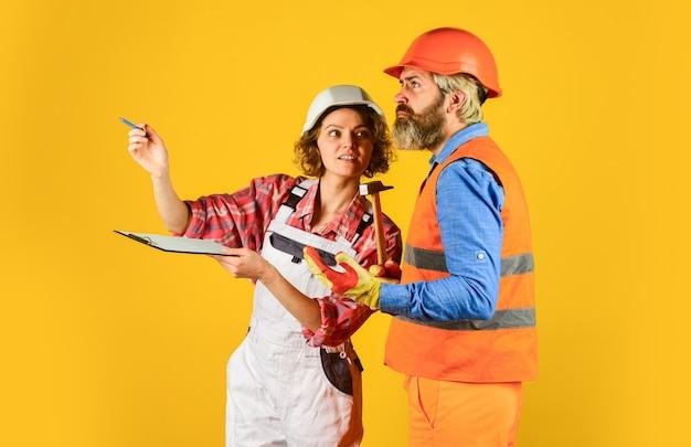 Partnerstwo builder couple look at home plany para patrząca na projekt kobieta i mężczyzna