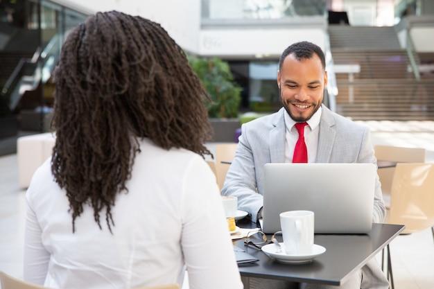 Partnery biznesowi opowiada przy filiżanką kawy