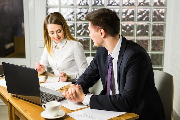 Partnery biznesowi pracuje na laptopie