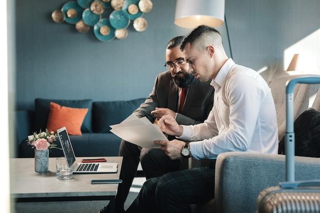 Partnerzy biznesowi. dwóch odnoszących sukcesy, dobrze prosperujących partnerów biznesowych, którzy wspólnie omawiają pewne kwestie finansowe