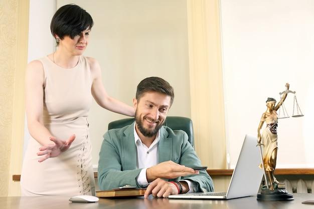 Partnerzy biznesowi dyskutują o nowościach na laptopie