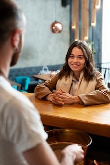 Partnerzy biznesowi dyskutuje przy filiżanką kawy