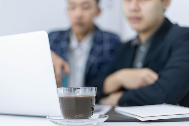 Partnerzy biznesowi koncepcja młodego biznesmena rozmawiającego ze swoim kolegą o planie marketingowym nowego nadchodzącego produktu.