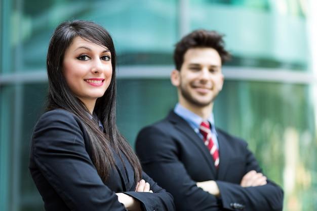 Partnerzy biznesowi na zewnątrz uśmiecha się pewnie