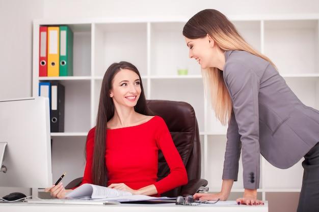 Partnerzy biznesowi omawiający dokumenty i pomysły na spotkaniu