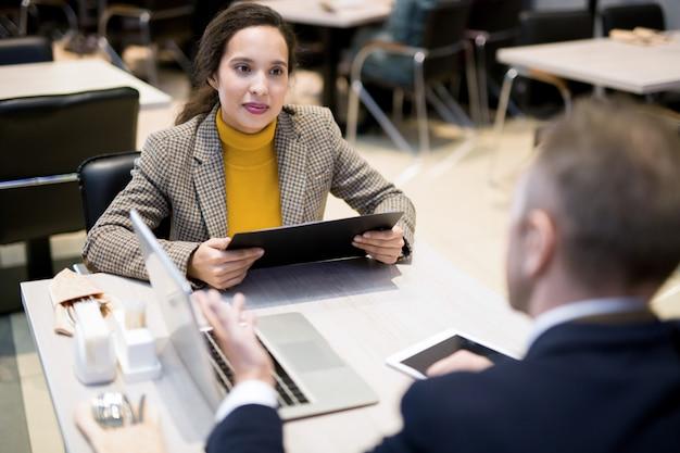 Partnerzy biznesowi omawiający projekt podczas lunchu